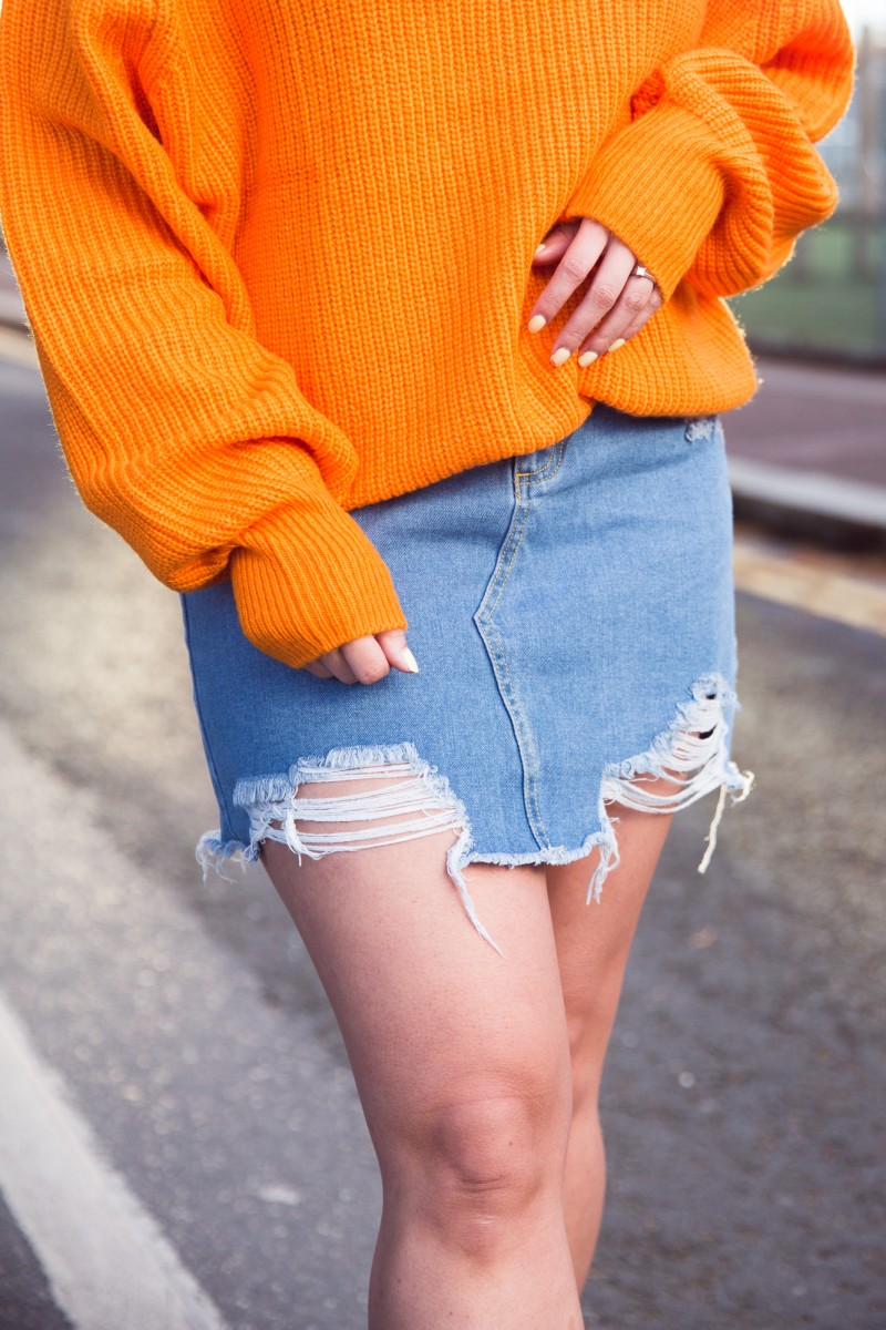 how to wear a ripped denim skirt